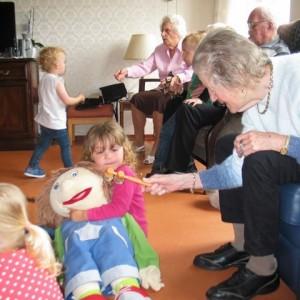 Peuters bij bejaarden (2)